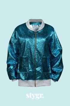Met dit bomberjack aan is het lastig om geen vrolijke dag te hebben. De prachtige blauwe stof met turquoise metallic glans, gecombineerd met de grijze, glitter boordstof maakt 'm tot een waar feestje! Bomber Jacket, Turquoise, Jackets, Fashion, Down Jackets, Moda, Fashion Styles, Green Turquoise, Fashion Illustrations