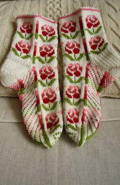 """Этой парой я пока заканчиваю коллекцию """"Цветы"""", возможно мне придется вернуться к ней если будут новые идеи. Filet Crochet, Knit Crochet, Knitted Slippers, My Socks, Knitting Socks, Mittens, Diy And Crafts, Stitch, Blog"""