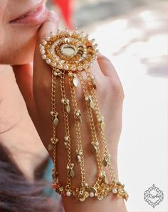 Gota jewellery is the new offbeat choice for Mehndi these days! | Real Wedding Stories | Wedding Blog Antique Jewellery Designs, Fancy Jewellery, Stylish Jewelry, Fashion Jewelry, Designer Jewellery, Diamond Jewellery, Indian Bridal Jewelry Sets, Bridal Bangles, Bridal Jewellery