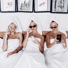 Three besties log onto ⠀ ⠀ ⠀ Set Fashion, Style Outfits, Influencer, Best Friend Goals, Photo Instagram, Disney Instagram, Friend Photos, Girl Gang, Friend Pictures
