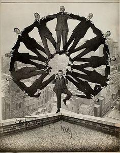 Man on Rooftop com Onze Homens de Formação em seus ombros, fotógrafo desconhecido, 1930