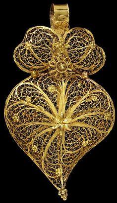 Gold Pendant | Origin: Oporto, Portugal, 1860. From Victoria & Albert Museum Collection, London