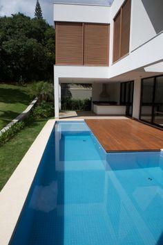 Casa Esmeralda - Alphaville, São Paulo (2014). Project: Rodrigo Latorre. Built by Yellowbrick Houses.
