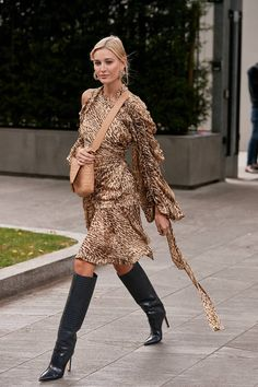 Jimmy Choo - Fall Has Just Begun, But These Knee-High Boots Have Already Gone Viral Milan Fashion Week Street Style, Spring Street Style, Star Fashion, Girl Fashion, Fashion Outfits, Urban Fashion, Trendy Fashion, Womens Fashion, Fashion Trends