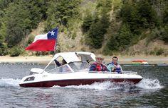 """Esta fotografía dio pie a muchos """"memes"""" en redes sociales. Los diputados René García (RN) y Gustavo Hasbún (UDI) realizaron una manifestación en el lago Caburgua para pedir a la Presidenta Bachelet, en ese entonces de vacaciones en el lugar, acciones frente a la situación que se vive en La Araucanía."""