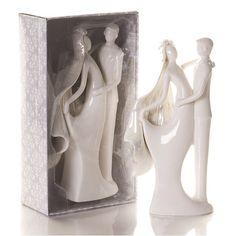 Questo bellissimo cake topper in porcellana dal design moderno ed elegante raffigura  due sposi innamorati: stupisci amici e parenti con un accessorio unico ed originale!  Splendida confezione inclusa come da foto!     Misure: 23 x 12,5 x 6,5 cm
