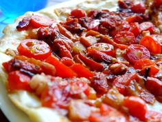 PizzaRoja y Atea:  tomate, panceta, morrón y tomate seco.
