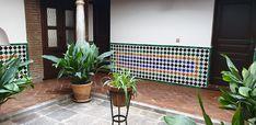 Los azulejos de la Alhambra en un patio andaluz