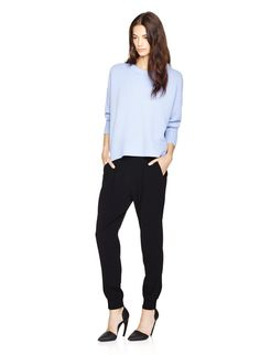 Drapey jumper, joggers, and heels Slacks Outfit, Jogger Pants Outfit, Slouchy Pants, Celebrity Fashion Outfits, Casual Outfits, Work Outfits, Casual Wear, Professional Dresses, Classy Casual