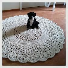 H let countries: Crochet round pitsimatto Crochet Doily Rug, Crochet Carpet, Crochet Rug Patterns, Crochet Cross, Crochet Round, Crochet Home, Knit Crochet, Arm Knitting, Crochet Accessories