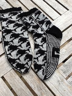 Detailed instructions of knitting a cap is to be found with the pattern Ovals Crochet Socks, Knit Mittens, Knitting Socks, Crochet Clothes, Hand Knitting, Knitted Hats, Knit Crochet, Knitting Charts, Knitting Patterns