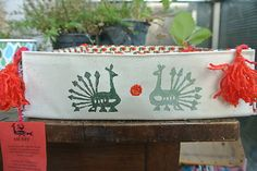 Látkový košíček s motívom páv /zelený-červený-biely/