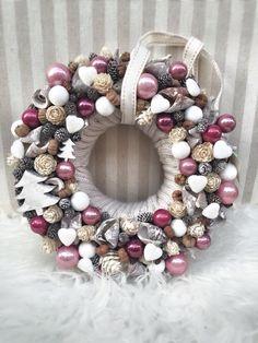 Xmas Christmas Advent Wreath, Cute Christmas Decorations, Grave Decorations, Pink Christmas, Winter Christmas, Christmas Home, Handmade Christmas, Flower Decorations, Christmas Crafts