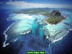 Traumhafter Unterwasser Wasserfall auf der Insel Mauritius