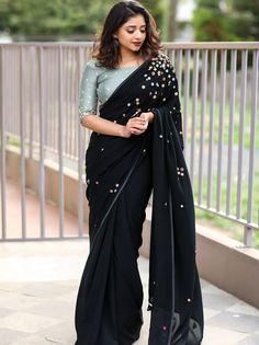How to Get A Designer Saree Look with a Simple Saree. Simple Sarees, Trendy Sarees, Stylish Sarees, Fancy Sarees, Pattu Saree Blouse Designs, Saree Blouse Patterns, Lehenga Designs, Indian Beauty Saree, Indian Sarees