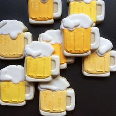 Los Angeles-based graphic designer Holly Fox combines her passion for design and baking by creating these yummy sugar cookies that are adorable to look Beer Cookies, Fancy Cookies, Royal Icing Cookies, Custom Cookies, How To Make Cookies, Cookies Et Biscuits, Cake Cookies, Sugar Cookies, Shaped Cookie