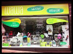 Javier Zambrano, dueño del establecimiento Wawa, que distribuye 4moms en Mataró, nos envía la foto de su original escaparate.