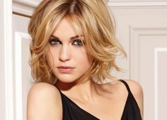 Medium Haircuts with Bangs for Face Shape and Hair Type - Choosing a mid length haircut with bangs is a lot easier to wear and style if you match it to your face shape and hair type. Medium Haircuts With Bangs, Medium Hair Cuts, Short Hair Cuts, Medium Hair Styles, Short Hair Styles, Short Wavy, Short Blonde, Medium Cut, Long Bob