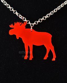 Halsband med älg i neonrosa plexiglas - Necklace with moose in neon pink plexiglas