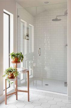 40 Modern Bathroom Tile Designs and Trends 40 moderne Badezimmerfliesen Designs und Trends Small Bathroom Interior, Modern White Bathroom, Modern Bathroom Design, Bathroom Grey, Bath Design, Bathroom Ideas White, Bathroom Mirrors, Bathroom Small, Marble Bathrooms