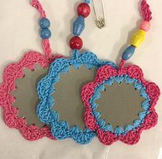 Kaksipuolista liimakangasta väliin, reiät nahkapaskalla ja sitten virkkaamaan iloisia värejä. Heijastimia rintanapeiksi, Kukkia ja perh... Basket Bag, Knitted Bags, Handicraft, Diy And Crafts, Crochet Necklace, Knitting, Baskets, Decoration, Jewelry