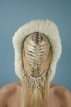 Muriel Nisse \\ Intrigant, parfois dérangeant, Muriel Nisse a une démarche bien à elle. Cette artiste diplômée de l'École des Arts Décoratifs de Strasbourg a travaillé comme maquilleuse et perruquière pour les Opéras de Paris, influence très présente dans cette série de masques et de parures \\ inuit light