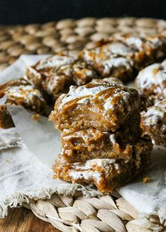 These Pumpkin Caramel Marshmallow Fluff Bars are gooey, sweet, and irresistible! These easy bars are sure to be devoured quickly. | Recipe from Bakerita.com
