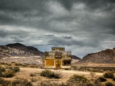 If you can appreciate the eerie allure of ghost towns, there's no better place than the seemingly endless desert that surrounds Las Vegas. Ghost Towns Near Me, Nevada Ghost Towns, Abandoned Cities, Abandoned Amusement Parks, Abandoned Mansions, Nevada Desert, Old Churches, Celebrity Travel, Las Vegas Nevada