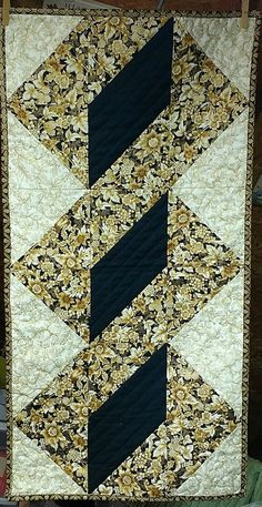 Quilted Table Runners Christmas, Patchwork Table Runner, Table Runner And Placemats, Table Runner Pattern, Table Topper Patterns, Table Toppers, Half Square Triangle Quilts Pattern, Patchwork Quilt Patterns, Handmade Table