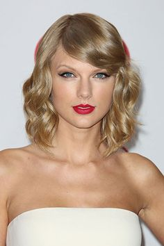 Taylor Swift Medium Wavy Formal Hairstyle with Side Swept Bangs - Dark Copper Blonde Hair Color - Lobfrisuren Formal Hairstyles, Celebrity Hairstyles, Taylor Swift Short Hair, Copper Blonde Hair Color, Hair Colour, Round Face Haircuts, Wavy Bobs, Medium Hair Cuts, Tips Belleza