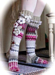 Hyvää Pääsiäis maanantaita!   Kahdet sukat tänään tänne!   Uudet pitäisi laittaa puikoille -tuntuu ihan hassulta kun ei ole kes...