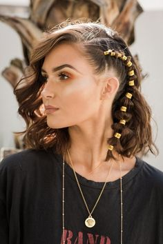 What To Wear: 45 Coachella 2019 Tips & Tricks For The Best Festival Look Are you ready for another Coachella festival season? If you struggling with what to wear at Coachella 2019 here are 45 tips and tricks for the best festival look Hair Styles 2016, Medium Hair Styles, Curly Hair Styles, Natural Hair Styles, Long Face Hairstyles, Chic Hairstyles, Coachella Hairstyles Short, Festival Hairstyles, African Hairstyles