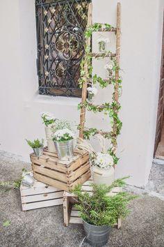 Bodas con detalle - Blog de bodas con ideas para una boda original: 6 ideas para utilizar escaleras de madera en la decoración de tu boda: