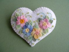 Felt Applique Flower Heart Pin From the Beedeebabee shop on Etsy. Such lovely neat stitching. Felt Embroidery, Felt Applique, Felt Flowers, Fabric Flowers, Fabric Crafts, Sewing Crafts, Felt Brooch, Felt Patterns, Felt Hearts