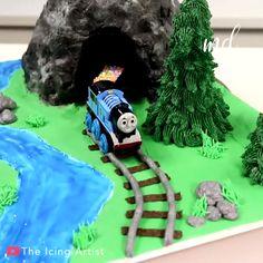 Thomas Train Birthday Cake, 2nd Birthday Cake Boy, Thomas Birthday Parties, Trains Birthday Party, Birthday Ideas, Cake Decorating Videos, Birthday Cake Decorating, Thomas Cakes, Thomas The Train Cakes