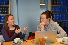 Leena Heinämäki ja Rae Ellen Bichell suunnittelivat Raen toukokuista juttukeikkaa Lapin yliopiston Arktiseen keskukseen.