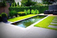 Mooie, strakke en moderne vijver in een strakke tuin.
