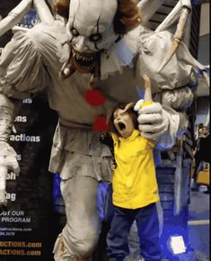 """Oh My God, This Creepy """"IT"""" Animatronic Is Really Fucking Terrifying Horror Movies Funny, Horror Movie Characters, Scary Movies, Ghost Movies, Pennywise Decorations, Halloween Decorations, Clown Pennywise, Rayquaza Pokemon, Character Sketches"""