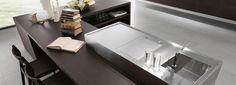 El Tepan y el fregadero son de Barazza. Estan fabricados de una sola pieza de acero inoxidable. Kitchen Decor, Kitchen Design, Dining Bench, Conference Room, Sink, Table, Modern Kitchens, Furniture, Home Decor