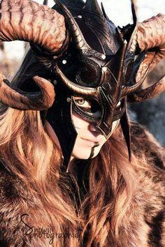 Fantasy Viking en cuir Helm larp costume armure par FeralCrafter Plus Fantasy Armor, Medieval Fantasy, Medieval Gown, Grandeur Nature, Viking Woman, Leather Armor, Skyrim, Headdress, Cosplay Costumes
