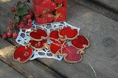 Vianočná ozdôbka ako do interiéru tak aj do exteriéru je vyrobená z hliny, je glazovaná, 2 x pálená. Každé jabĺčko má malú odtlačku hviezdičky alebo kvietku, avšak nie u každého po glazovan...