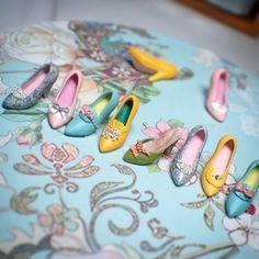 今日はどれを履こうかなー行き詰まると写真を撮って遊びます…試作した靴たち。 #ミニチュア #ミニチュア靴 #ミニチュアシューズ #試作 #靴 #ハイヒール #パンプス #カラフル #miniature