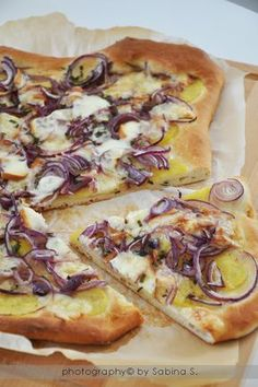 Pizza Bianca with Potatoes, Red Onions and Scamorza Pizza Bianca, Pain Pizza, Sicilian Recipes, Flatbread Pizza, Love Pizza, Street Food, Food Inspiration, Love Food, Food Porn