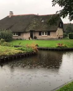 Giethoorn looks like a fairytale! & This village is even more beautiful in the rain & Netherlands. Video by Would you live here? & The post Giethoorn looks like a fairytale! This appeared first on . Beautiful Photos Of Nature, Beautiful Places To Travel, Cool Places To Visit, Beautiful Landscapes, Beautiful Gardens, Amazing Nature, Relaxing Rain Sounds, Sound Of Rain, Nature Gif
