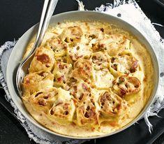 Dieser Pastaauflauf erinnert stark an eine Lasagne, ist aber schneller zubereitet, vor allem dank dem gekauften Pastateig. Cauliflower, Stark, Vegetables, Eat, Food, Light Recipes, Pasta Meals, Snails, Lasagna