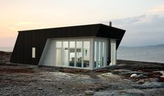 Loving this offset Norwegian cabin – Hazir Site Tree House Designs, Tiny House Design, Cozy Cabin, Cozy House, Home Structure, Weekend House, Cottages By The Sea, Kabine, House Blueprints