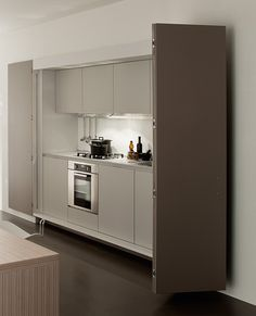 Detrás de las puertas se encuentra el fregadero, la estufa y el horno. Black Kitchens, Studio Apartment, Sliding Doors, Micro Studio, Living Spaces, Kitchen Cabinets, Guest Rooms, Pocket, Home Decor