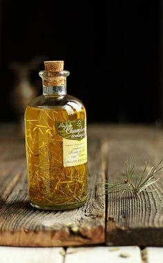 #AlimentosQueTeProtegenDelSol - Aceite de oliva: Grasas buenas que ayudan a la absorción de los antioxidantes - ¡Agrega un poco de romero a tu aceite de oliva y disfruta de un exquisito aderezo para tus ensaladas! Flavored Oils, Infused Oils, Olives, Chutney, Olive Oil Packaging, Edible Oil, Olive Oil Bottles, Spices And Herbs, Kitchen Witch