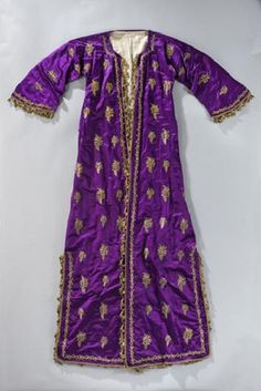 Late-Ottoman woman's caftan.  19th century.  Fabric: silk, embroidered with metal thread; lined with cotton.  (Bundeskunsthalle, Bonn).