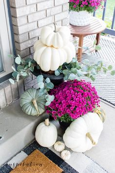 With a few simple items, it's easy to create a beautiful fall front porch that's just as cozy as it looks! Get lots of fall inspiration for your home! Retro Home Decor, Easy Home Decor, Deco Haloween, Halloween Halloween, Outside Fall Decorations, Fall Decor Outdoor, Modern Fall Decor, Table Decorations, Seasonal Decor